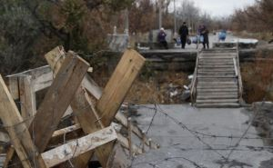 Пешеходный мост к пункту пропуска в Станице Луганской продолжает разрушаться