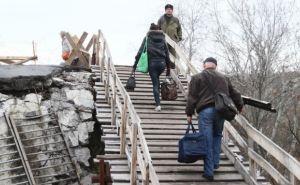 Пешеходный мост в Станице Луганской до сих пор не начали ремонтировать