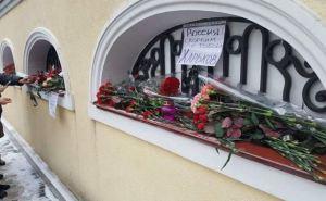 В Харькове несут цветы к консульствуВРФ