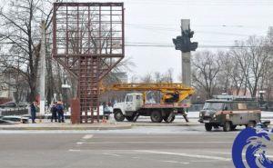 В центре Луганска демонтировали телевизионный экран (фото)