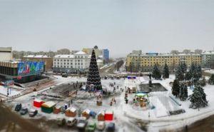 В Луганске начинают убирать новогодние украшения