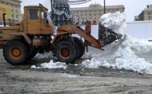 В Харькове убирают снег 109 единиц техники