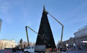 В Донецке начался демонтаж новогодней елки (фото)