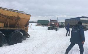Харьковские спасатели освободили из снежных заносов 90 автомобилей (фото)