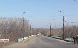 В Лисичанске рассыпается аварийный мост (видео)