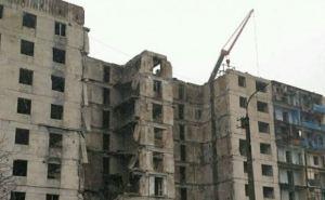 В Лисичанске продолжается демонтаж разрушенной многоэтажки