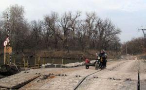 Жители Луганской области больше двух лет пользуются понтонной переправой (фото)
