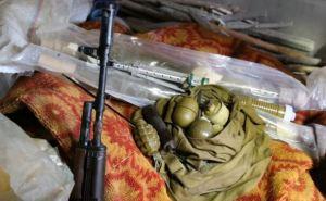 В одном из заброшенных домов Луганска обнаружили тайник с боеприпасами (фото)