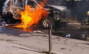 В центре Мариуполя взорвался автомобиль (фото)