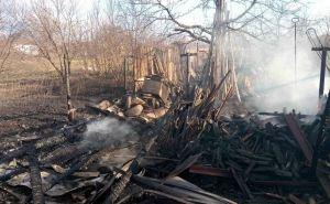 В Лисичанске пожар уничтожил четыре хозпостройки (фото)