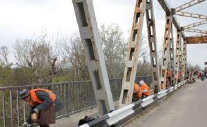 Мост в районе пункта пропуска «Станица Луганская» начали приводить в порядок (фото)