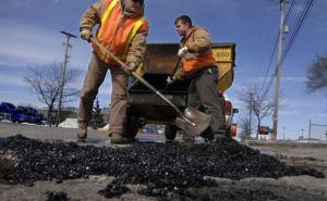 В Луганской области продолжается ямочный ремонт дорог
