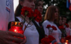В Луганске на рассвете зажгли свечи памяти (фото)