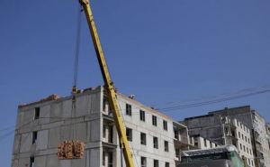 В Рубежном к концу года достроят многоквартирный дом для переселенцев (фото)