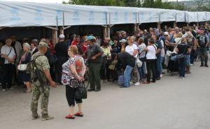 «Никто не хочет умирать в очереди!»— Жители Донбасса о процветающем бизнесе на КПВВ