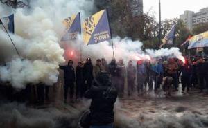 Националисты под Радой подожгли шины и шашки (фото, видео)