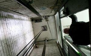 Из-за вчерашней грозы в Луганске вышло из строя 204 лифта. Обещают починить за пару дней