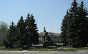 Житель Марковки сорвал флаг Украины с местной прокуратуры