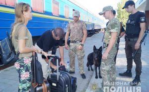 Полиция с собаками проверяют все поезда в Луганской области