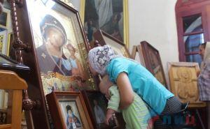 Участники крестного хода из Магадана передали в дар луганскому собору две иконы