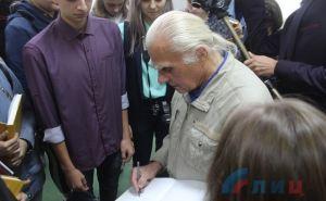Ученики называют его— Мастер. В Луганске открылась выставка живописи Александра Коденко