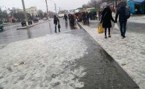На улицах Луганска очень скользко. Вчера 13 луганчан попали в больницу со сложными переломами