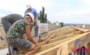 В Луганске до сих пор восстанавливают жилые дома поврежденных обстрелами