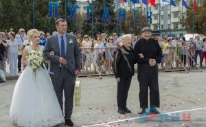 Бал семейных пар прошел в Луганске на Театральной площади. ФОТО