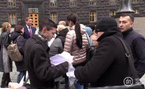 Переселенцы требовали доступное жилье под Кабмином в Киеве. И примкнувший к ним Шахов