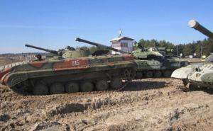 Военные на Донбассе снова размещают бронетехнику у жилых домов