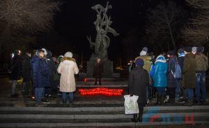 Луганчане в День Неизвестного солдата зажгли лампадки в центре города. ФОТО