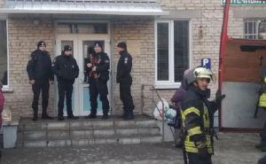 Полицейские эвакуировали врачей и пациентов детской поликлиники в Северодонецке