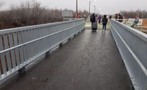 У представителей Красного Креста возникли сомнения, а проедетли «скорая помощь» через новый мост в Станице Луганской