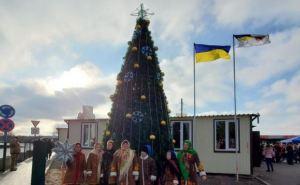 На КПВВ «Станица Луганская» установили новогоднюю елку
