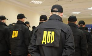 Луганский полицейский с сообщниками выбивал из должника деньги