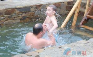 Луганчане отметили Крещение Господне купанием в уникальной купели храма Андрея Первозванного. ФОТО
