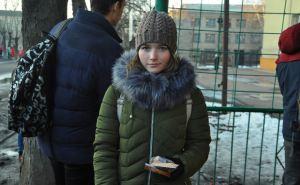 В Свердловском районе людям на улицах раздавали блокадный хлебный паек. ФОТО