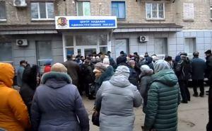 В Северодонецке и Лисичанске ежедневные огромные очереди за загранпаспортами. ВИДЕО