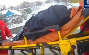 Девушка-самоубийца бросилась с моста в Северский Донец. Из ледяной воды ее спасли два парня. ВИДЕО