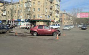 В центре Луганска столкнулись два авто, одно от удара вылетело на тротуар и врезалось в магазин. ФОТО
