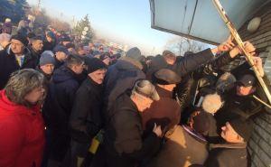 В Луганске водители штурмуют МРЭО из-за грозящих штрафов. ФОТО