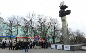 В центре Луганске начали демонтаж конструкций Пилона Славы