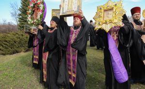 Вокруг Луганска совершили Крестный ход с молитвами об исцелении заболевших и о помощи врачам, борющимся с угрозой распространения коронавирусной инфекцией. ВИДЕО. ФОТО