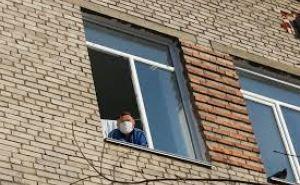 Луганская полиция просит выглядывать в окно людей на самоизоляции. В области таких более тысячи