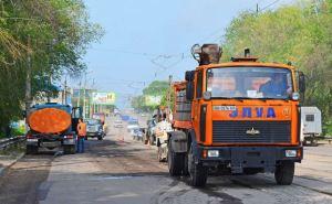 За неделю в Луганске на восьми улицах отремонтировали асфальтовое покрытие дорог