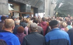 В Алчевске устроили столпотворение у горадминистрации: раздавали пропуска на выезд из города