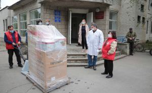 Красный Крест обеспечивает больницы быттехникой