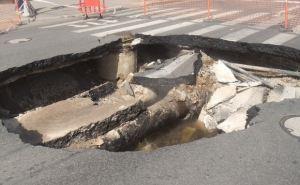 В Донецке провалилась дорога