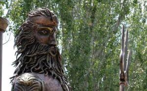 В Луганске установили двухметровую фигуру бога Посейдона