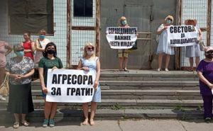 В Северодонецке женщины пикетировали здание полиции, где работает выбросивший супругу с четвертого этажа